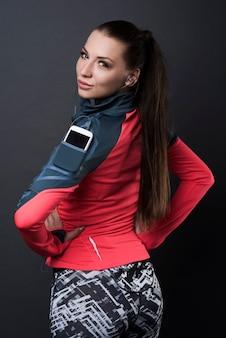 Donkerbruine vrouw die sportkleren draagt