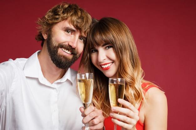 Donkerbruine vrouw met haar glas van de echtgenootholding champagne