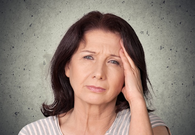 Donkerbruine vrouw met pijn in hoofd