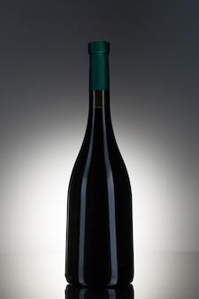 Donkere alcohol in een glazen fles