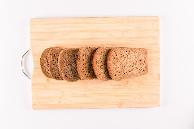 Donkere broodplakken op een houten geïsoleerde raad