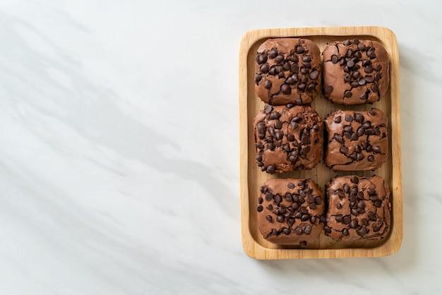 Donkere chocolade brownies met chocoladeschilfers erop