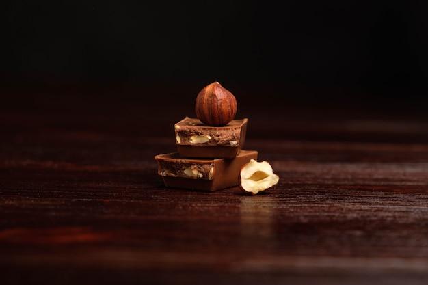 Donkere chocolade en noten op een houten tafel