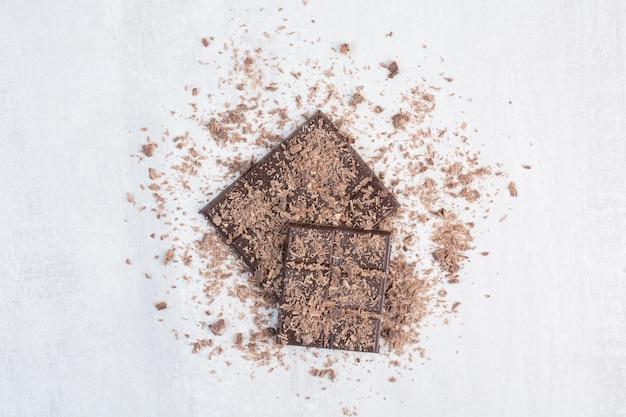 Donkere chocoladerepen versierd met cacaopoeder