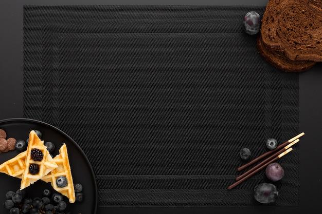 Donkere doek met een bord wafels
