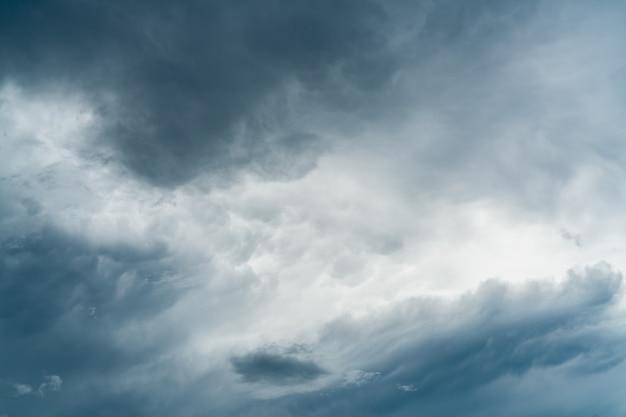 Donkere dramatische hemel en wolkenachtergrond