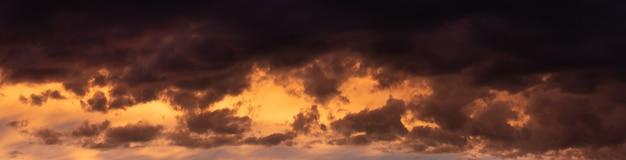 Donkere dramatische hemel met dikke wolken na zonsondergang