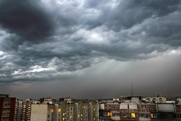 Donkere en krachtige stormwolken boven de stad