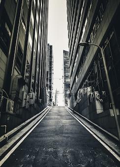 Donkere enge smalle achterstraat