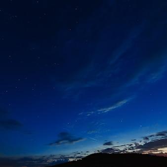 Donkere hemel met wolken na zonsondergang.