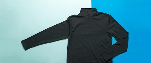 Donkere herensweater op een licht- en donkerblauwe ondergrond. klassieke stijlvolle herenkleding.