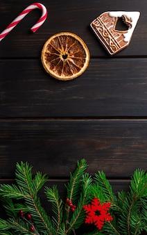 Donkere houten achtergrond met kerstversiering en dennenboom
