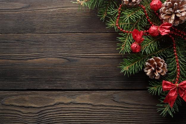 Donkere houten tafel met pijn boom tak en een dennenappel