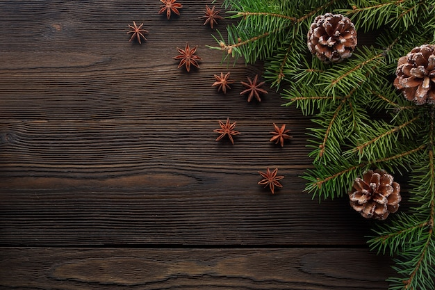Donkere houten tafel met pijnbomen versierde kerst