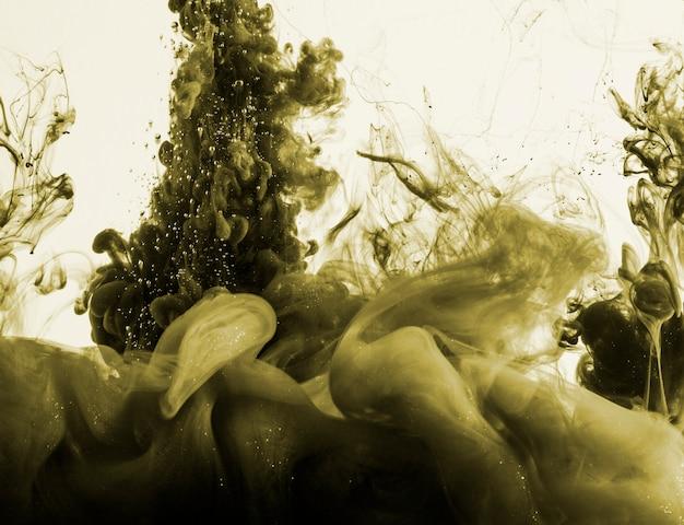 Donkere kaki inktwolk verspreidt zich