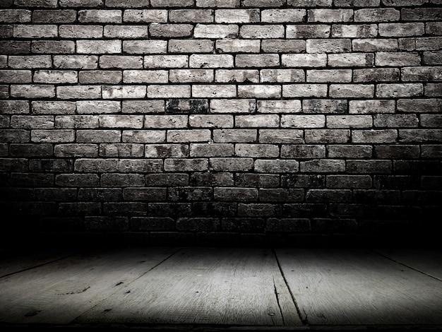 Donkere kamer met houten vloer en bakstenen muur achtergrond.