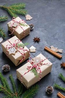 Donkere kerst. geschenkdozen, decoraties en gefeliciteerd met het nieuwe jaar.