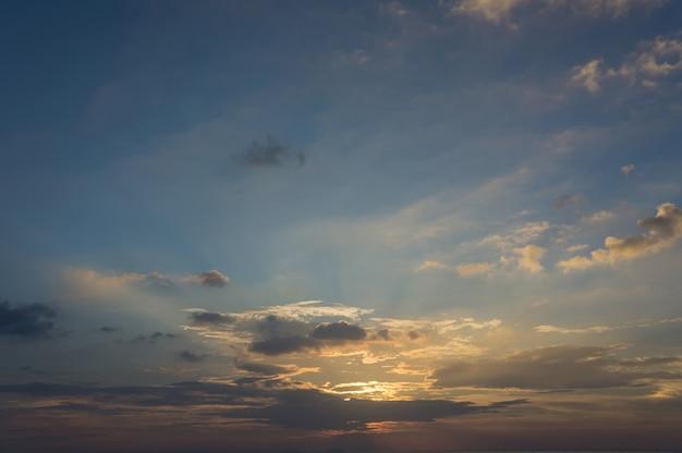 Donkere kleurrijke bewolkte hemel na zonsondergang, cloudscape,