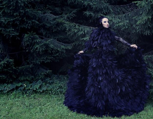 Donkere koningin in park. fantasie zwarte jurk.
