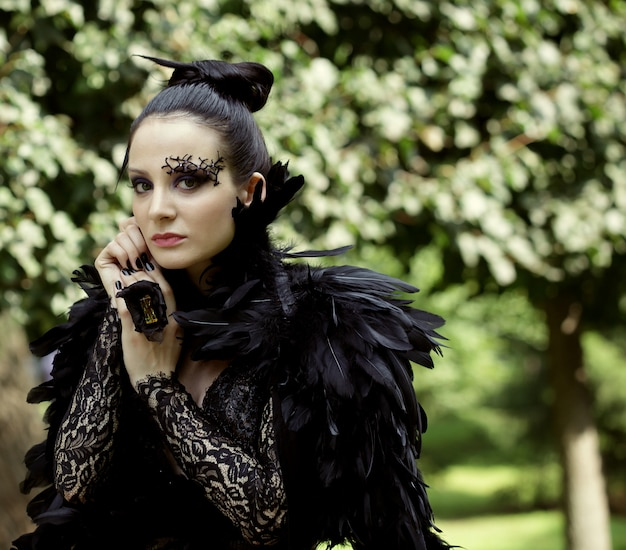 Donkere koningin in park