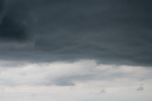 Donkere lucht en dramatische zwarte wolk voordat regen komt.