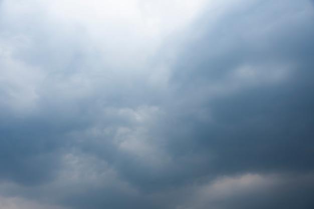 Donkere lucht, vol met regenwolken