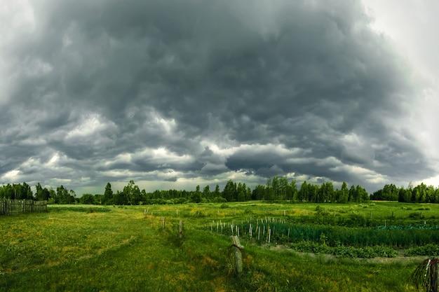 Donkere lucht voor storm met