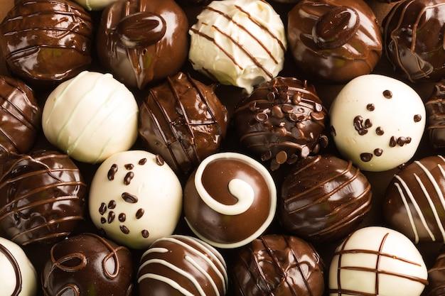 Donkere, melk- en witte chocolade snoepjes / pralines / truffels, assorti