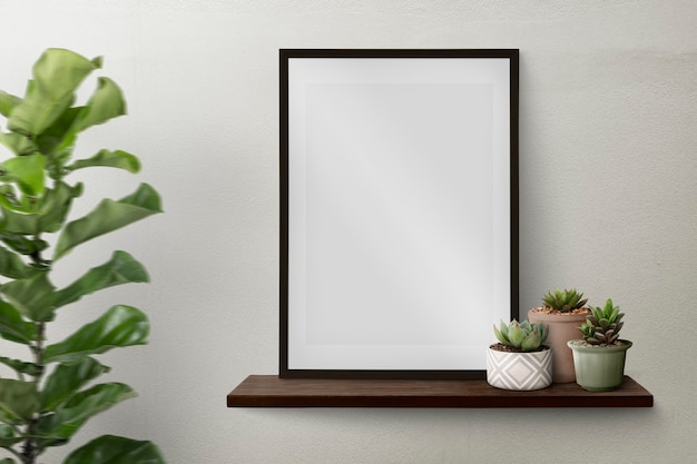 Donkere moderne fotolijst op een plank