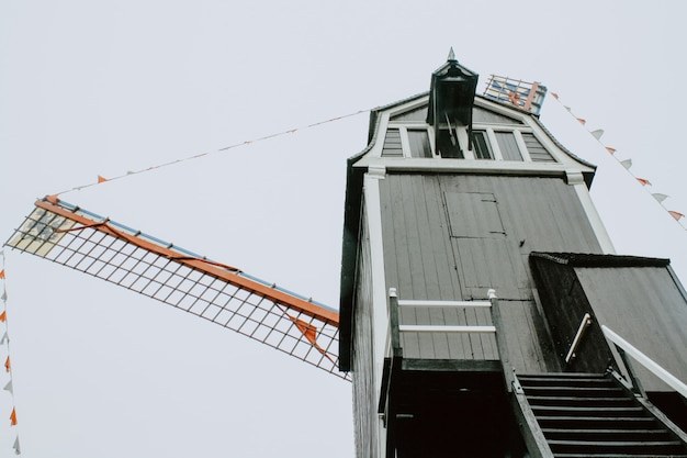 Donkere molen een bewolkte dag in brugge belgië