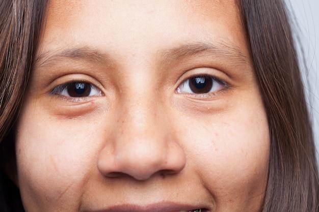 Donkere ogen van een jong meisje