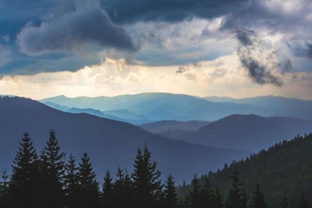 Donkere onweerswolken hangen boven de bergen. slecht weer in bergachtige gebieden