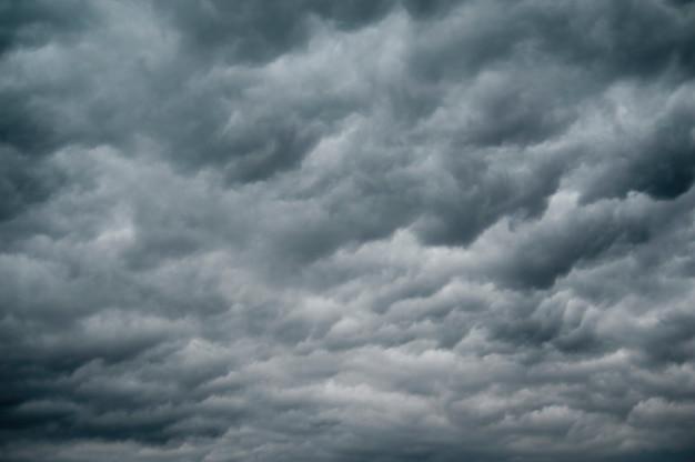 Donkere onweerswolken in de lucht over lake of the woods, ontario