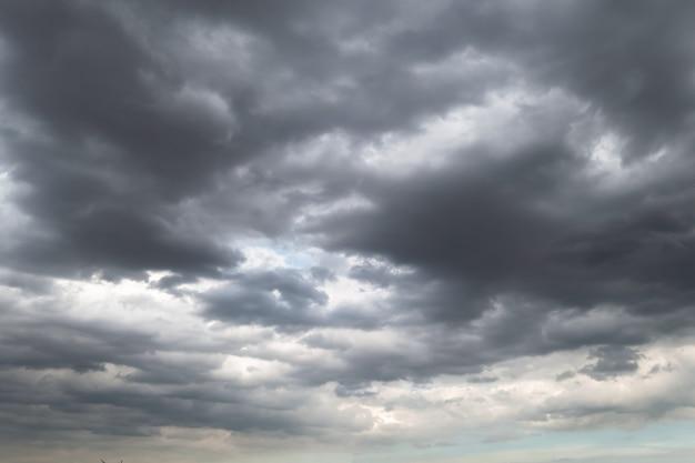 Donkere onweerswolken vóór regen die voor klimaatachtergrond wordt gebruikt. wolken worden donkergrijs voordat ze gaan regenen. abstracte dramatische achtergrond.