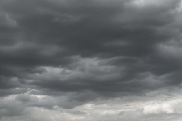 Donkere onweerswolken voor regen gebruikt voor klimaat