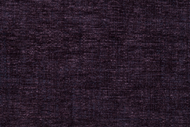 Donkere paarse achtergrond van zachte, wollige doek. textuur van textielclose-up