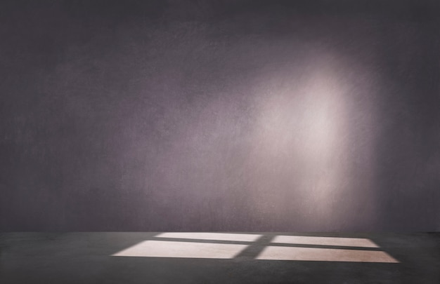 Donkere paarse muur in een lege ruimte met betonnen vloer