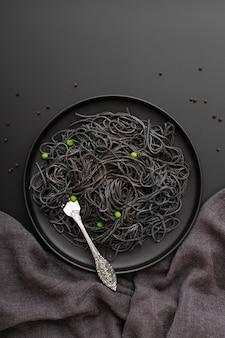 Donkere pasta plaat op een donkere achtergrond