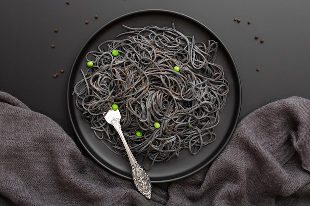 Donkere pasta plaat op een donkere doek
