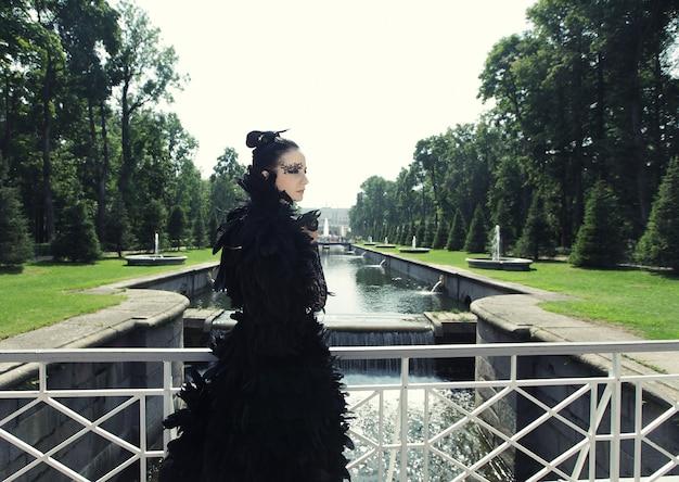Donkere prinses op de brug.