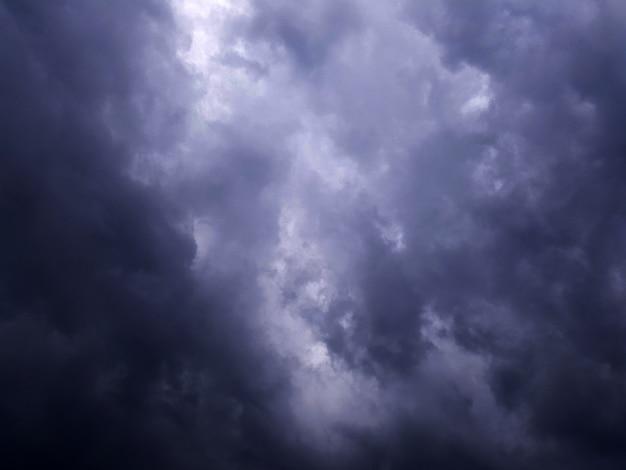 Donkere regenachtige wolk