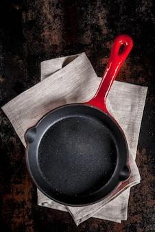 Donkere roestige culinair met lege zwarte pan, hoogste mening copyspace