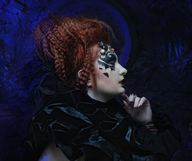 Donkere roodharige vrouw. halloween-foto.