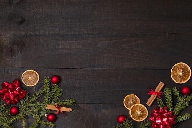 Donkere rustieke houten achtergrond met kerstmisdecoratie, sparrenkader.