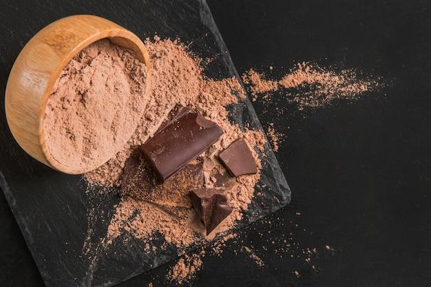 Donkere samenstelling van chocolade met kopie ruimte