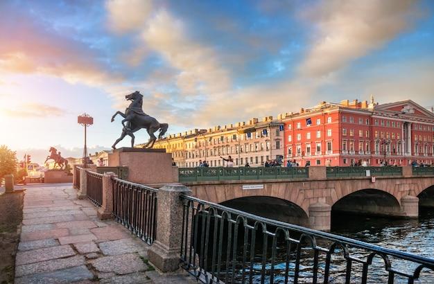 Donkere sculpturen van paarden op de anichkov-brug in st. petersburg