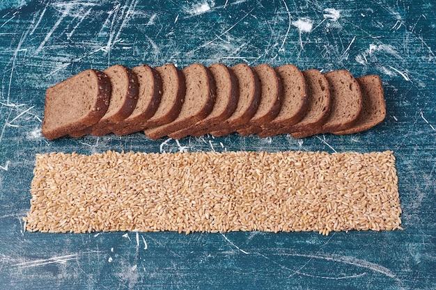 Donkere sneetjes brood met tarwe.