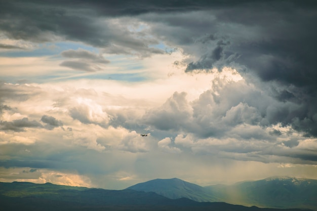 Donkere stormachtige wolken