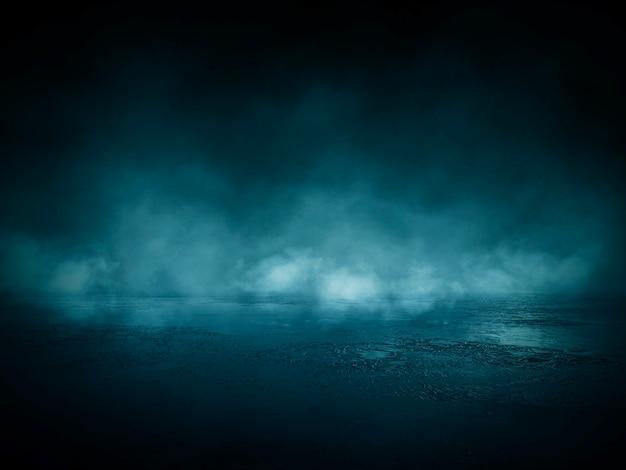 Donkere straat, nat asfalt, reflecties van stralen in het water. lege donkere scène, neonlicht, schijnwerpers. betonnen vloer