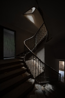 Donkere trappen van een verlaten huis